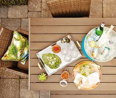 Servez les boissons et grignotines avec style sur des plateaux en acier galvanisé et en bois. Seau en acier galvanisé, 20 $ ; verres hauts, 9,97 $/4 ; assiettes en forme de feuille, de 3 $ à 6 $ chacune ; bol vert, 3 $ ; sousassiette en bois, 8 $ ; napperon bleu, 4,88 $ chacun ; coussin, 12,46 $ chacun/22 $ les 2. Voir http://www.walmart.ca/fr/hometrends/N-1019673 | #walmart #hometrends #mangerdehors #cocktails #decoration #exterieur #terrasse #boissons #pleinair