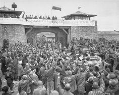La 11e Division blindée a libéré du camp de Mauthausen. Cette photo a été organisée le lendemain, 6 mai 1945, pour célébrer la libération  The 11th Armored Division liberated the Mauthausen camp. This photo was staged the next day, 6 May 1945, to celebrate the liberation