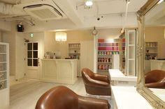 Beauty salon interior design ideas | + hair + space + decor + Japan + antique + french | Follow us on https://www.facebook.com/TracksGroup <<<【Aman hair セットエリア】ホワイトを基調にしたナチュラルで可愛い美容室に仕上げました。アンティーク 美容室 内装