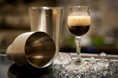 Nei mesi primaverili ed estivi, al posto del classico caffè nero bollente si può pensare ad una variante rinfrescante, il caffè shakerato...