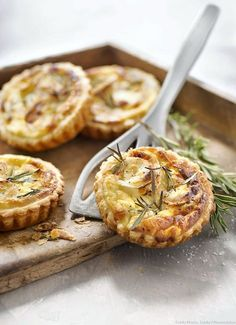 Tartlets with goat cheese, honey and rosemary – Delicious tarts to be savored as an appetizer with salad or as an aperitif. No Salt Recipes, Veggie Recipes, Vegetarian Recipes, Cooking Recipes, Fingers Food, Good Food, Yummy Food, Salty Foods, Creative Food