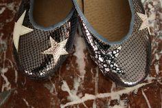 asymmetric leather glossy shoes with stars/ ballerinas metalizadas con estrellas