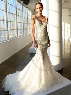 Die Skorpion-Frau ist stark, leidenschaftlich und unangestrengt sexy. Mit ihrem Brautkleid sollte die Skorpion-Frau ein Statement machen und auf eine schmale Silhouette setzen, die ihre Figur optimal umspielt und in Szene setzt. Romantisch wird's mit viktorianisch inspirierten Details am Kleid. Hier seht ihr ein Hochzeitskleid für die Skorpion-Frau von Marchesa.