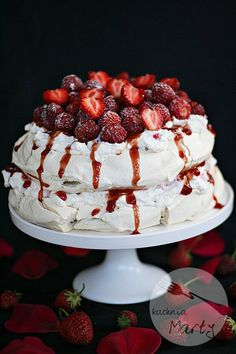 Tort bezowy z truskawkami Pavlova Recipe, Vegan Recipes, Cooking Recipes, Polish Recipes, Polish Food, Pumpkin Cheesecake, Meringue, Food And Drink, Gluten Free