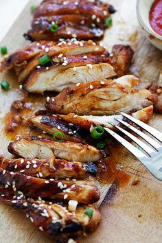 oven baked Garlic Sriracha Chicken garnished with chopped scallion. Baked Chicken Recipes, Turkey Recipes, Meat Recipes, Asian Recipes, Dinner Recipes, Cooking Recipes, Healthy Recipes, Asian Foods, Grilling Recipes