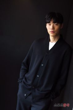 Ryu Jun-yeol (류준열) - Picture @ HanCinema :: The Korean Movie and Drama Database Korean Celebrities, Korean Actors, Ryu Joon Yeol, Kdrama, Male Icon, Park Seo Jun, Japanese Drama, Rye, Heartbeat