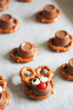 Rolo Pretzel Reindeer - these tasty treats are perfect for the holiday season and so easy to make! These Rolo pretzel reindeer Holiday Snacks, Holiday Cookies, Holiday Recipes, Christmas Appetizers, Christmas Recipes, Christmas Ideas, Christmas Stuff, Christmas Decorations, Rolo Pretzels