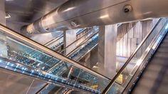 """Vedi la metropolitana di Napoli e poi...rimani estasiato. Si chiama """"Metrolapse"""" il progetto ideato e prodotto da Andrea Buonocore con il patrocinio dell'Anm (Azienda napoletana mobilità). Cinque mesi di lavoro, per un totale di oltre 24 mila fotografie, scattate a Toledo, Materdei, Vanvitelli e nelle altre stazioni della città partenopea, considerate tra le più belle d'Europa secondo una recente classifica stilata dalla Cnn. """"Metrolapse"""" mette in mostra la frenesia di Napoli e la bellezza…"""