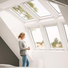 Mehr Licht, Luft und Leben unterm Dach - mit großzügigen Fensterkombinationen von VELUX. Inspiration, Infos und Preise hier! Trendy Decor, House Plans, Interior Design, Velux, Roof Window, Home, Interior, Home Deco, Room