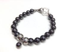 Commande spéciale pour Géraldine! Bracelet #681 Bracelet fait d'hématite magnétique avec breloque et billes d'acier inoxydable monté sur un fil et attache d'acier inoxydable. Grandeur 8 pouces (20 cm):): -Hématite magnétique 6 mm -Billes d'acier inoxydable de 8 mm