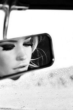 Отражение девушки в зеркале заднего вида.Черно-белые фото