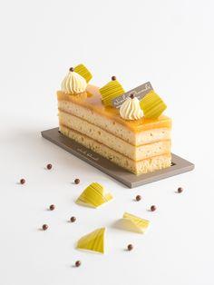 La saison des carnavals est officiellement ouverte et notre préféré reste évidemment celui des Antilles que l'on célèbre avec le Cake Ananas Vanille !  #NicolasBernardé #PâtisserieDuSamedi #PDS #dessert #cake #gourmand #gourmet #teatime #Frenchpastry #ananas #pineapple #パイナップル #vanille #vanilla #バニラ #Paris #ParisIsAlwaysAGoodIdea #French #hiver #winter #gâteau #LaGarenne #Colombes #LaDefense #Neuilly #Courbevoie #Levallois #Instafood #goûter #piña Patisserie Design, French Patisserie, Layered Desserts, Fancy Desserts, Pastry Recipes, Chef Recipes, Individual Cakes, Beautiful Desserts, Birthday Cake Decorating