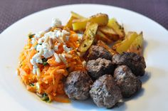 Mediterranean meatballs (beef), baked potatoes, carot salad x feta/coriander/pine nuts Baked Potatoes, Coriander, Feta, Pine, Salad, Lunch, Baking, Ethnic Recipes, Roasted Potatoes