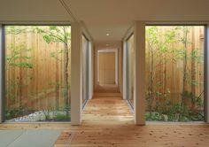 玄関/廊下/階段のデザイン:西三国の家 House in Nishimikuniをご紹介。こちらでお気に入りの玄関/廊下/階段デザインを見つけて、自分だけの素敵な家を完成させましょう。