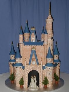 This is the most amazing disney cake I've ever seen. Maybe if I start practicing now then by the time we get married and have kids I'll be able to make it, LOL
