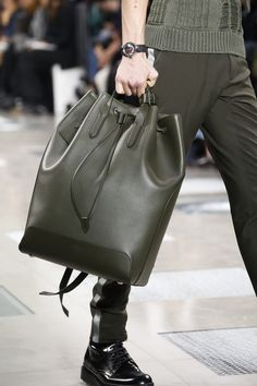 Louis Vuitton Fall 2016 Menswear Accessories Photos - Vogue Source by remanol Accs Louis Voitton, Fashion Bags, Mens Fashion, Fashion Trends, Paris Fashion, Fall Fashion, Fashion Clothes, Backpack Bags, Leather Backpack