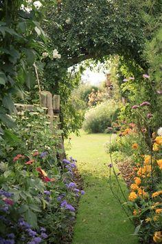 Cottage Garden Design, Cottage Garden Plants, Garden Roses, Tuscan Garden, Garden Living, Beautiful Flowers Garden, Beautiful Gardens, Garden Paths, Garden Landscaping