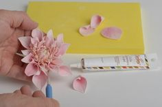 Another dahlia tutorial, in italian but good pictogram Royal Icing Flowers, Fondant Flowers, Clay Flowers, Edible Flowers, Pink Flowers, Sugar Paste Flowers, Cold Porcelain Flowers, Chocolate Flowers, Gateaux Cake