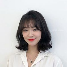 Ulzzang Short Hair, Korean Short Hair, Short Wavy Hair, Medium Hair Styles For Women, Medium Hair Cuts, Short Hair Styles, Middle Hair, Curled Hairstyles, Hair Looks