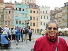 Fotografía: Inés Beatriz Mogollón Pérez - Fue difícil escoger una foto.Durante un mes recorrí hace un año,con Europamundo, varios países, lo disfruté mucho pues fui profesora de Historia Universal y me gusta la geografía, así que leí mucho antes de viajar. La foto,en el centro de Varsovia,muestra un momento muy emocionante,quizás feliz por haber podido estar allá,en Polonia, para mi, uno de los países más admirables del mundo por todo lo que su población sufrió.Emocionada en la foto al… Historia Universal, Street View, Happy, History Teachers, Warsaw, Happy Moments, Poland, Centre, Fotografia