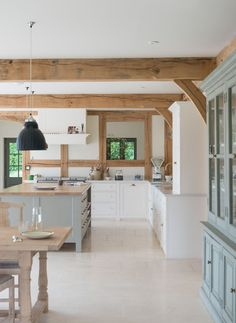 How to get a 'British Country Kitchen' (Even if you Don't Li.- How to get a 'British Country Kitchen' (Even if you Don't Live in the Country) Country Kitchen Farmhouse, Country Kitchen Designs, Shabby Chic Kitchen, Barn Kitchen, Country Kitchens, Farmhouse Decor, Kitchen Modern, Countryside Kitchen, Country Kitchen Island