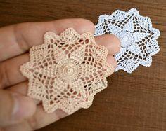 Crochet miniaturas empezar tapetito en oro pálido o blanco, 1:12 miniatura casa de muñecas, accesorios hechos a mano para casa de muñecas