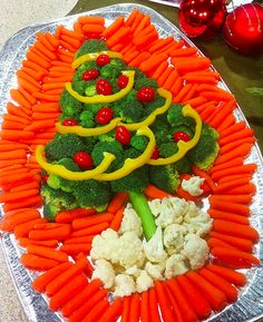 Veggie Christmas Tree Platter - Perfect for the classroom parties (lots of carrots) Veggie Christmas, Christmas Party Food, Xmas Food, Christmas Appetizers, Christmas Cooking, Christmas Goodies, Christmas Treats, Holiday Treats, Holiday Recipes