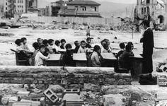 Outdoor classroom in Hiroshima or Nagasaki after bombing. 広島への原爆投下一か月後に撮られた青空教室の写真
