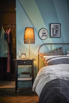 """""""Ik vind het belangrijk me te omringen met meubels en accessoires die ik mooi vind en helemaal mijn stijl zijn. Ik heb bijvoorbeeld franje aan m'n lachtlampje bevestigd en oude familie foto's ingelijst"""", aldus Interior Designer Lina.   IKEA IKEAnl IKEAnederland STUDIObyIKEA wooninspiratie inspiratie stijl sfeer gezellig zon zonsondergang zonsopgang artdeco"""