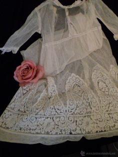 Ref j 244 Vestido de tul o faldón de cristianar con precioso encaje final años 1900.