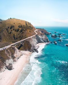 This amazing coastline belongs to Big Sur, California (U. A place to get away from turbulent everyday life, go in peace and find inspiration. It`s a `must see` if you go on a California road trip. The rich nature with rocky shores, wild flowers, birds Big Sur California, California Dreamin', Places To Travel, Places To Visit, San Diego, Destinations, Pacific Coast Highway, Highway 1, Rocky Shore
