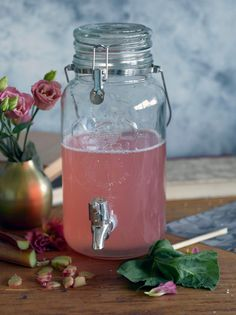 Raparperi-limettijuoma // Rhubarb & Lime lemonade Food & Style Elina Jyväs Photo Sanna Peurakoski Maku 4/2015, www.maku.fi Food N, Food And Drink, Finland Food, Just Eat It, Fun Drinks, Food Inspiration, Love Food, Lemonade, Smoothies