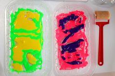 Le monotype est un processus de gravure relativement simple et facile à expérimenter avec les enfants. J'ai toujours aimé les arts plastiques à l'école, et je me souviens avoir réalisé quelques œuvres d'art (oui, oui!) en utilisant cette technique. Je trouve cette activité artistique très amusante, et j'étais persuadée que l'idée plairait à ma Poupette également. Ça n'a pas loupé, elle s'en est donnée à cœur joie! MATÉRIEL: · Une plaque de verre, de gomme, de polystyrène ou de plexiglas Nous…
