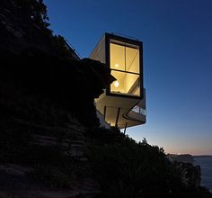 Sited on the edge of a 70 metre cliff.Holman House, Sydney, Australia, by Durbach Block Jaggers
