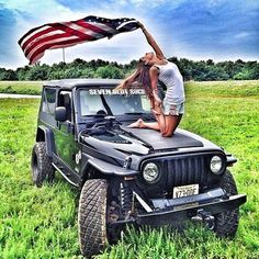 These Girls Love Diesel Trucks Every Guy Must See! Cute Senior Pictures, Car Pictures, Jeep Tj, Jeep Truck, Trucks And Girls, Car Girls, Jeep Photos, Cool Jeeps, Jeep Wrangler Unlimited