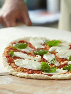 Den besten Pizzateig gibt es nicht beim Italiener, sondern bei uns. Mit Liebe gebacken!