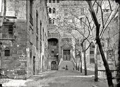 Barcelona. La plaça del Rei abans de la restauració dels anys 30. Quan les monges clarisses eren residents al saló del Tinell.