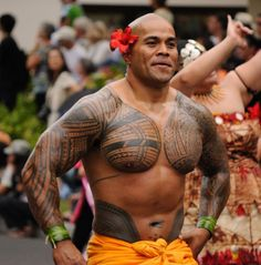 Maori tattoos are among the foremost distinctive tattoos within the world and have their own identity amongst the Polynesian tattoos. Ta Moko Tattoo, Hawaiianisches Tattoo, Samoan Tattoo, Tatau Tattoo, Polynesian Men, Polynesian Tattoo Designs, Maori Tattoo Designs, Polynesian Culture, Samoan Men
