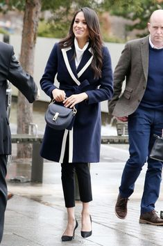Prince Harry & Meghan Markle Step Out Together for International Women's Day!: Photo Prince Harry and Meghan Markle are all smiles a they arrive to Birmingham together to meet with locals on Thursday morning (March in Birmingham, England. Estilo Meghan Markle, Meghan Markle Stil, Estilo Real, Prinz Harry Meghan Markle, Meghan Markle Outfits, J Crew, Style Personnel, Princesa Mary, Princess Meghan