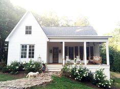 Home Interior Salas .Home Interior Salas Bungalows, Modern Farmhouse, Farmhouse Style, Southern Farmhouse, Boho Home, Cute House, House Goals, Little Houses, Little White House