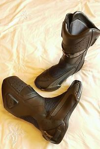 puma desmo cuero y botas motocicleta goretex size uk 10 - Categoria: Avisos Clasificados Gratis  Estado del Producto: UsadoPUMA DESMO LEATHER and GORETEX MOTORCYCLE BOOTS size UK 10Genuine black leather Puma Desmo motorcycle boots in a UK size 10 All of the zips and velcro are in excellent, fully working condition with no scuffs or scrapes to the toe slidersThey have a Goretex lining to provide the best breathability and waterproofing Flexible inserts at heel for easy entry and improved…