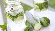 Uhorková limonáda o�istí telo a priniesie krásu z prírody Mint Water, Cucumber Juice, Spa Water, Detox Drinks, Healthy Drinks, Healthy Tips, Healthy Food, Healthy Women, Vegetables