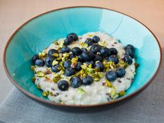 Oatmeal with blueberries and seeds your way, its all ok! The meal before bed. Blueberry, Cereal, Oatmeal, Food Porn, Healthy Recipes, Healthy Food, Snacks, Breakfast, Seeds