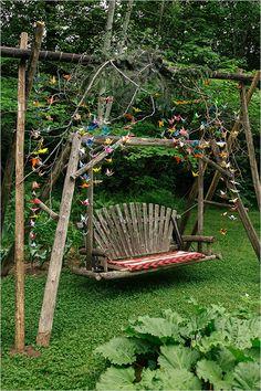Regardez moi cette jolie balancelle en bois, joliment décorée avec de l'origami ! fan ! les mariés n'ont plus qu'à s'installer