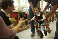 El primer exoesqueleto del mundo para niños con problemas para caminar abandona definitivamente las instalaciones del laboratorio donde fue creado y por fin inicia su andadura como