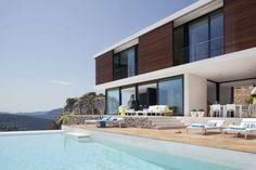 aménagement terrasse avec des chaises longues autour de la piscine