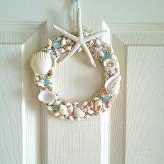 Seashell Projects, Seashell Crafts, Beach Crafts, Diy Crafts, Shell Decorations, Christmas Decorations, Home Appliance Store, Seashell Wreath, Coastal Decor