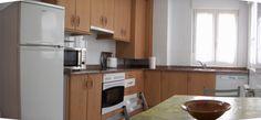 Cocina totalmente equipada. vitrocerámica, horno, horno microondas, lavavajillas, frigorífico, cafetera, tostador, vajilla, cuberteria..............  SANTANDER: Se alquila casa villa chalet  para FIJO nuevo y equipado para 8 personas a 1 km. de playas (Parque Natural de las Dunas de Liencres) y a 8 de SANTANDER.5 hab. 3 baños, jardín privado vallado con terraza cubierta. Chalet independiente en urbanización privada cerrada con piscina comunitaria. Precio 900 euros.