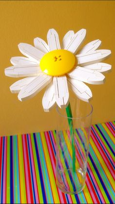 I built a flower that won't get killed even if you forget to water it. Even to an expert gardener it wouldn't be easy to say what flower this is. To an average Joe it looks like a daisy that's been swelled with huge amounts of fertilizer. Lego Moc, Lego Duplo, Lego Flower, Lego Tree, Lego Projects, Upcycling Projects, Lego Display, Lego Boards, Lego Club