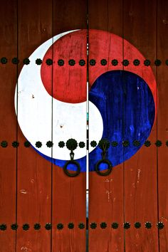Traditional Doors to a shrine in #Ulsan, Korea